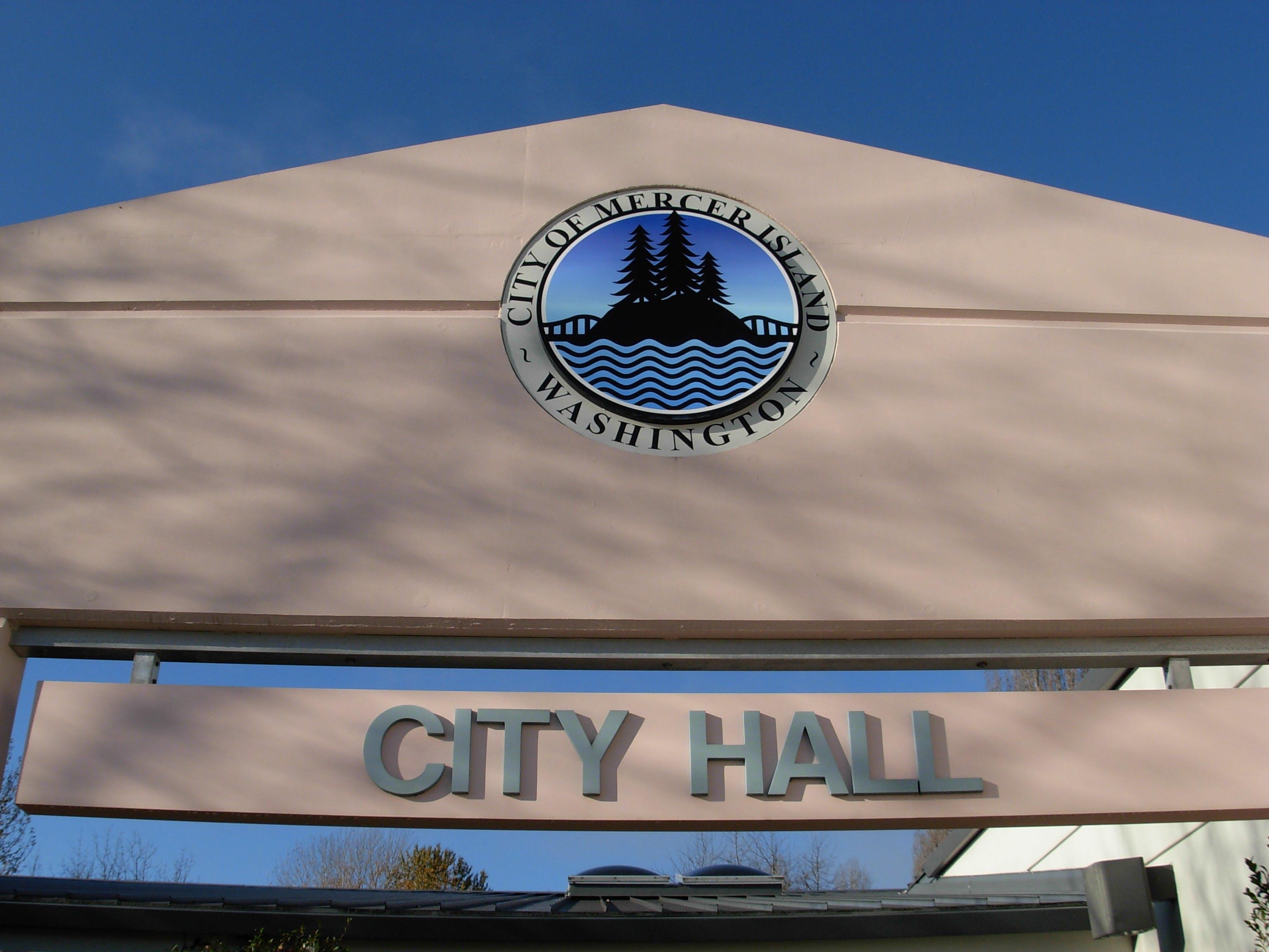 Cityhallfrontcloseup 2009